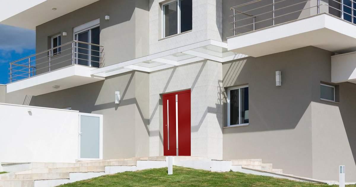 Extravagantné tmavo červené dvere?