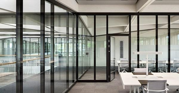 Hliníkové interiérové vchodové dvere WICONA WICSTYLE - Moderné pracovisko s hliníkovými stenami