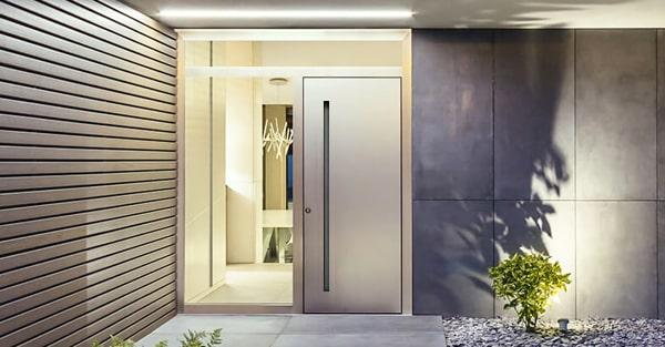 Panelové vchodové dvere so skrytým krídlom. Bočný a horný svetlík s čírym sklom.