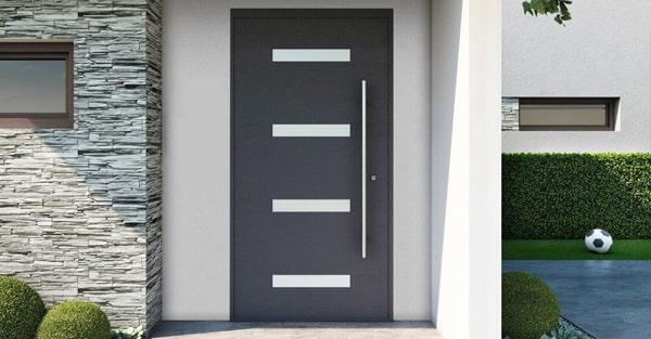 Panelové jednokrídlové vchodové dvere so skrytým krídlom a nerezovým madlom.