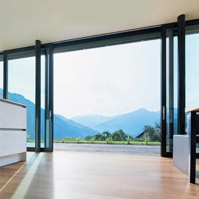 Hliníkové zdvižno-posuvné dvere WICONA WICSLIDE 160 v otvorenej polohe
