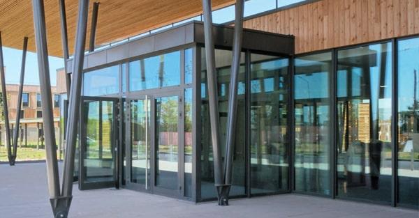 Hliníkové vchodové dvere WICONA WICSTYLE - Administratívna budova s vysokou premávkou
