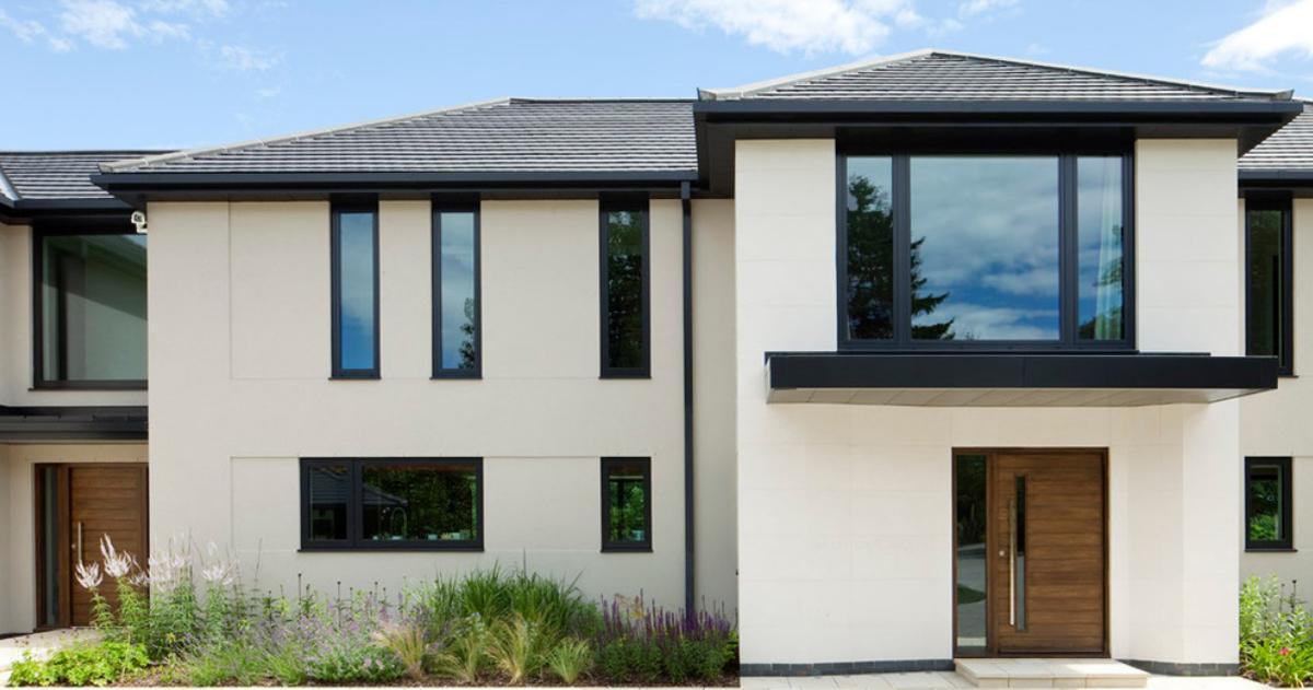 Moderný rodinný dom s hliníkovými vchodovými dverami.