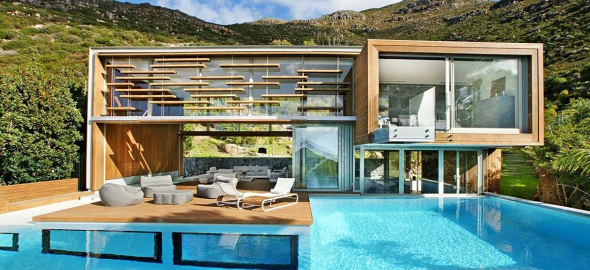 Moderný futuristický dom s krásnym bazénom