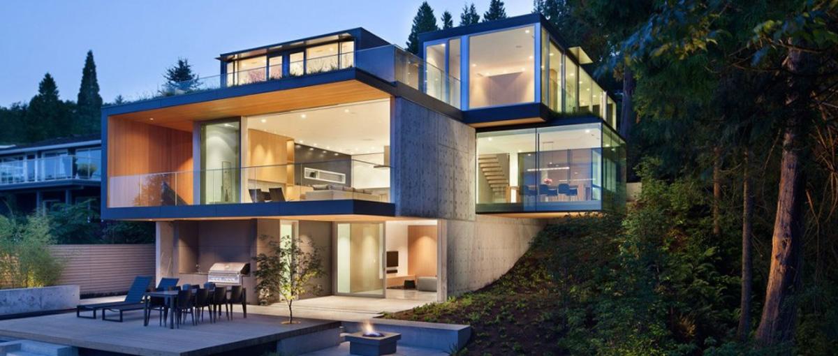 Moderná nadčasová stavba s hliníkovými oknami.