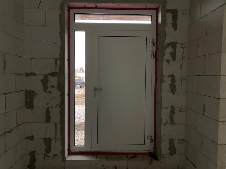 Montáž hliníkových dverí s biometrikou